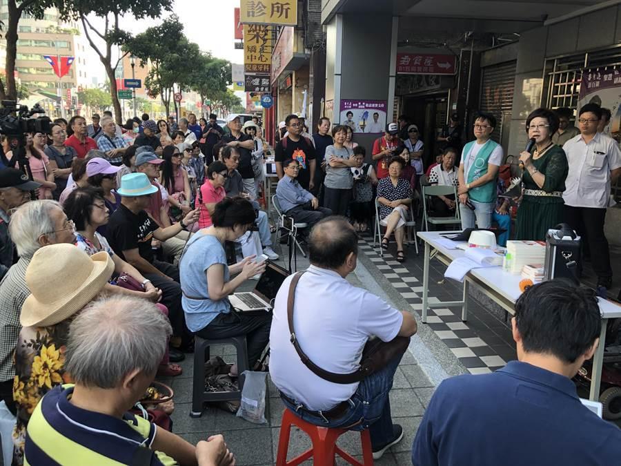 呂秀蓮台北街頭演講,不少民眾到場支持。(姚志平攝)