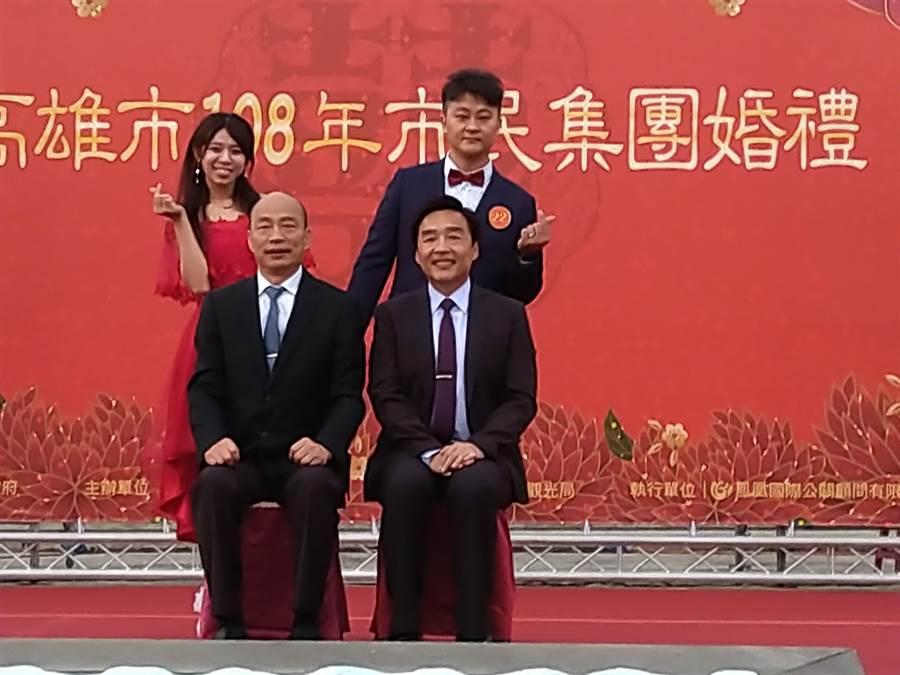 每對新人一一走上舞台與主婚人市長韓國瑜及證婚人民政局長曹桓榮合影,留下永恆的幸福回憶。(林雅惠攝)