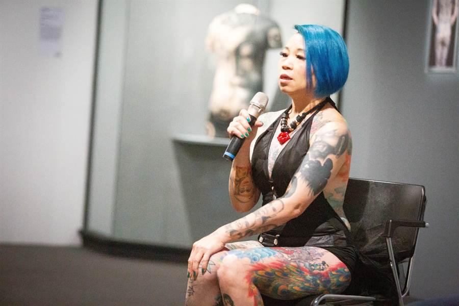 是陳世勇的妻子謝秋月自願成為紋身模特兒,歷時20年完成全身的刺青,為了完美呈現,還得時常精心打扮。(袁庭堯攝)