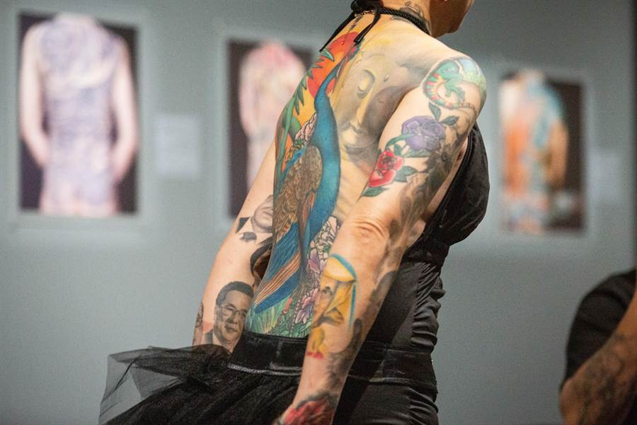 謝秋月背後的「孔雀」曾獲得2009義大利米蘭紋身展「最佳背部」(BEST BACK PIECE)亞軍。(袁庭堯攝)