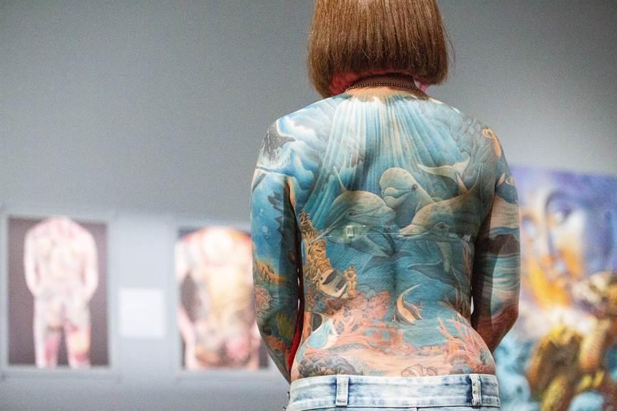 小燕背後的「海底世紀」耗時一年、50多次的紋刺,最終榮獲2009義大利米蘭紋身展「彩色組」(BEST COLORS)冠軍。(袁庭堯攝)