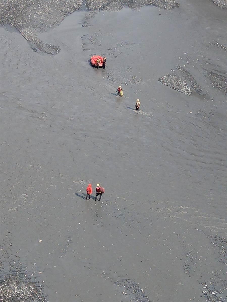 吳姓女山友在丹大溪遭洪流沖走,消防人員救援成功。(南投縣消防局提供/廖志晃南投傳真)