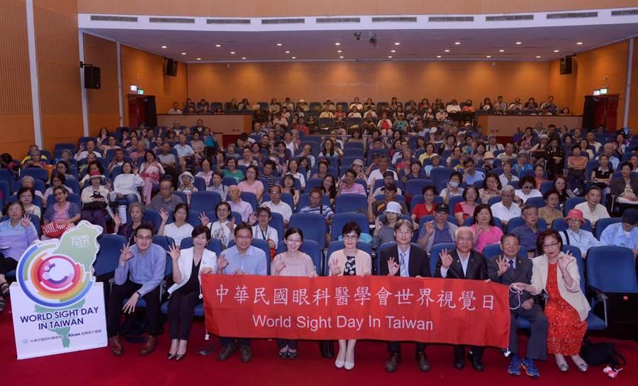 中華民國眼科醫學會今舉辦「響應世界視覺日,愛你眼晴」健康講座,前排中為理事長劉瑞玲。(王德為攝)