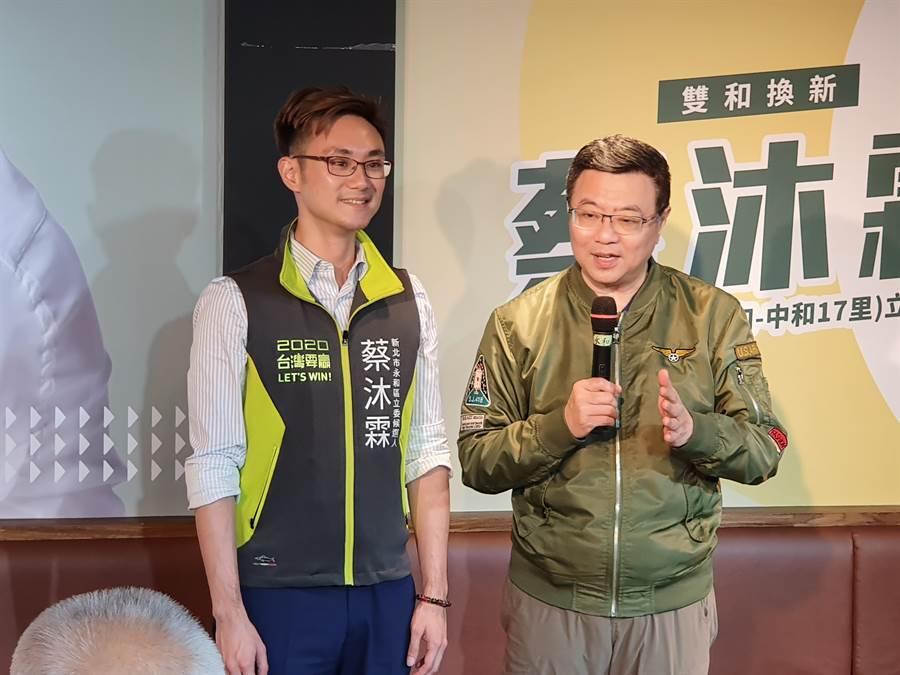 民進黨主席卓榮泰12日下午前往新北市永和區替黨提名的立委參選人蔡沐霖輔選。(葉書宏攝)