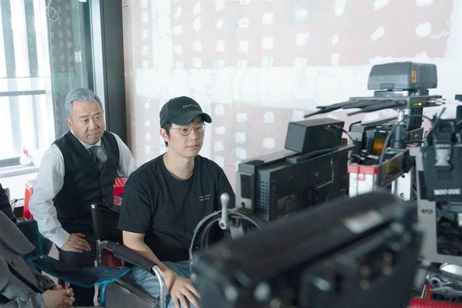 曾志偉(左)演出《聖人大盜》,不忘給年輕導演徐嘉凱建議。(双喜電影提供)