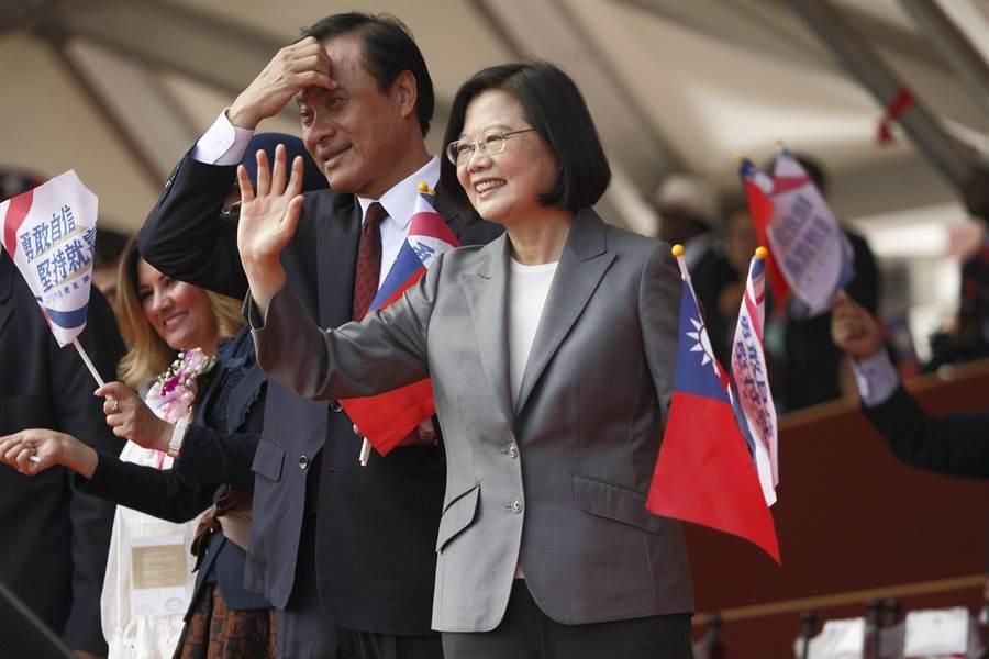 108年國慶大會10日登場,蔡英文總統(右)與立法院長蘇嘉全(左)向參加遊行的友邦團體揮手致意。(張鎧乙攝)