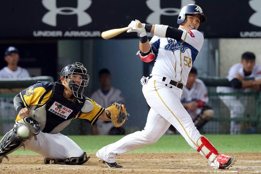廖健富在台灣大賽首戰敲出再見安,成為球隊獲勝英雄。(陳麒全攝)