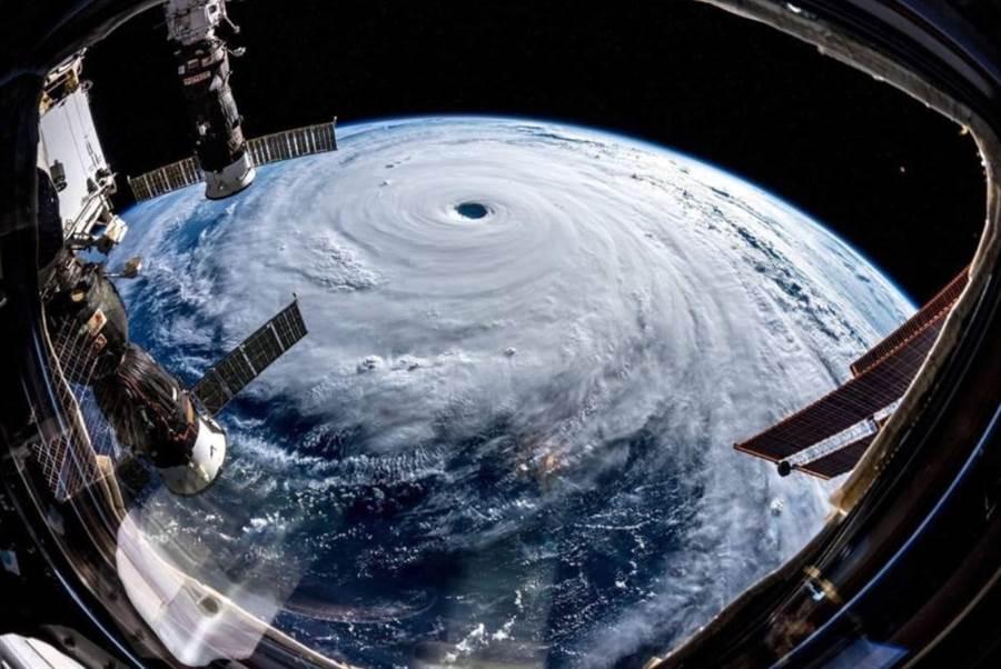 中颱哈吉貝從太空俯瞰極為驚人,暴風圈寬廣、結構紮實,颱風眼又大又深。(圖/NASA)