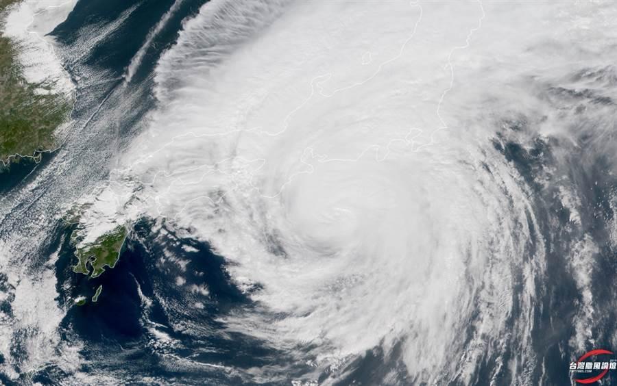 哈吉貝暴風範圍寬廣,足以壟罩整個本州 (圖/翻攝自台灣颱風論壇)