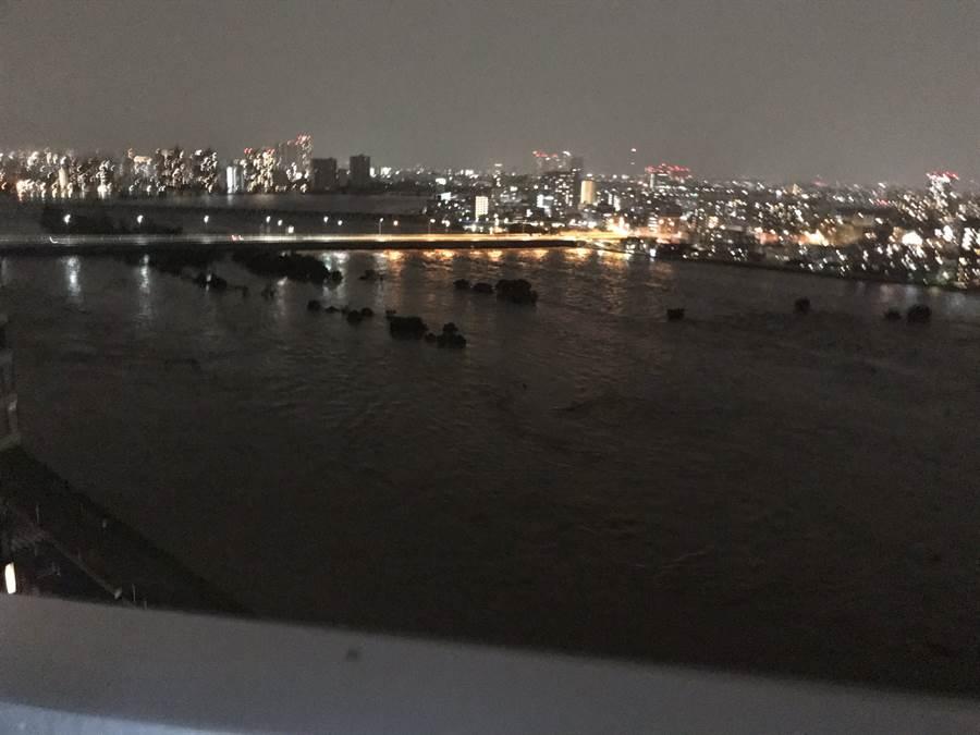 多摩川暴漲,已經快淹過橋面 (圖/翻攝自twitter@nekomaru0329)