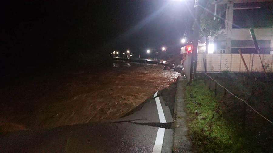 平井川暴漲,造成馬路斷裂 (翻攝自twitter@ISKWYKR1)