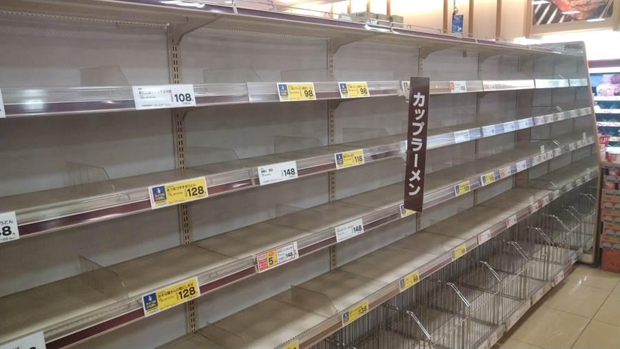 面對這個61年來最強颱風,日本民眾早早就把便利商店貨架掃光備戰 (圖/翻攝自PTT)