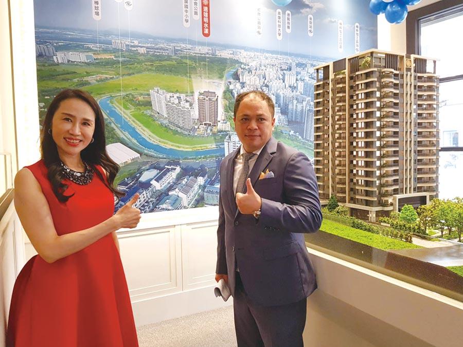 遠雄建設在楠梓推出「遠雄明水漾」預售,遠雄房地產總經理張麗蓉(左)與協理林建邦(右)引導來賓說明建案模擬圖,讓來賓了解周遭環境。圖/顏瑞田
