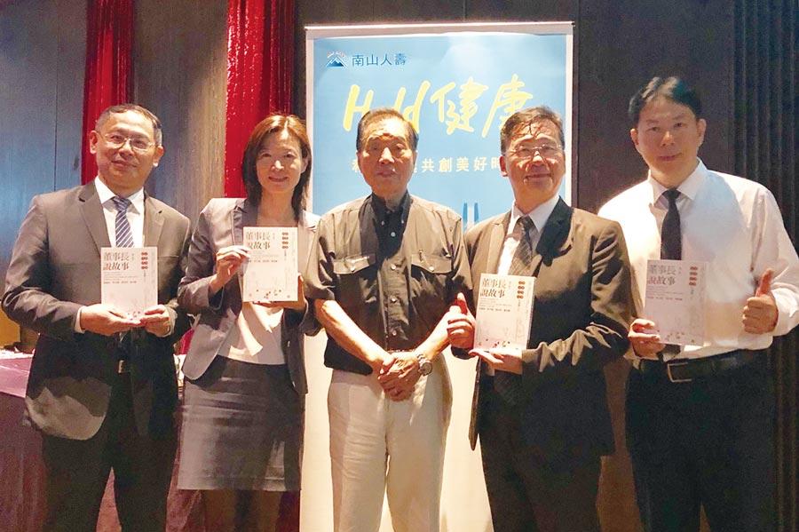楊子敬董事長(左三)講座贈書,分享成功老化之道。    圖/潤福提供