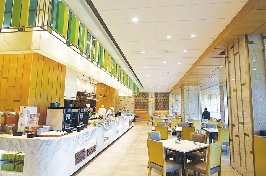 六福萬怡酒店〈敘日〉餐廳挑高很高且採光良好,用餐區寬敞舒適。◎圖/姚舜