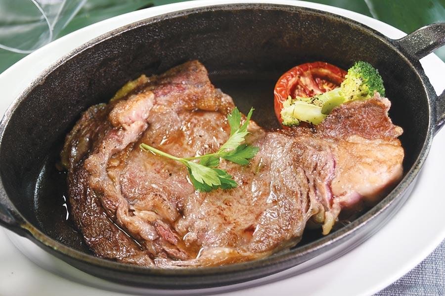「Steak Bar」的牛排選擇很多,且豐儉由人,圖中〈澳洲穀飼100天肋眼牛排〉,7盎司訂價980元。◎圖/姚舜