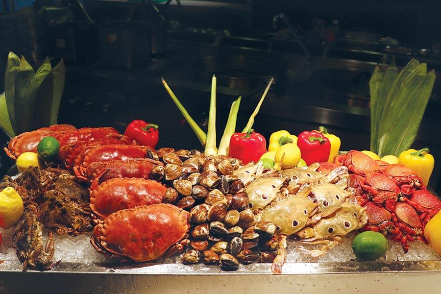 台北士林萬麗酒店〈士林廚房〉自助餐廳,即日起至11月底每日輪流供應超過30款秋蟹主題料理,口味囊括中、西及東南亞等多國風味。圖/台北士林萬麗酒店