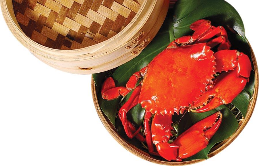 台北天成大飯店及台北花園大酒店的〈翠庭〉,即日起至10/31止推出「品蟹宴」,主廚用野生大沙公以金沙、清蒸、煲湯等手法料理。圖/天成飯店集團