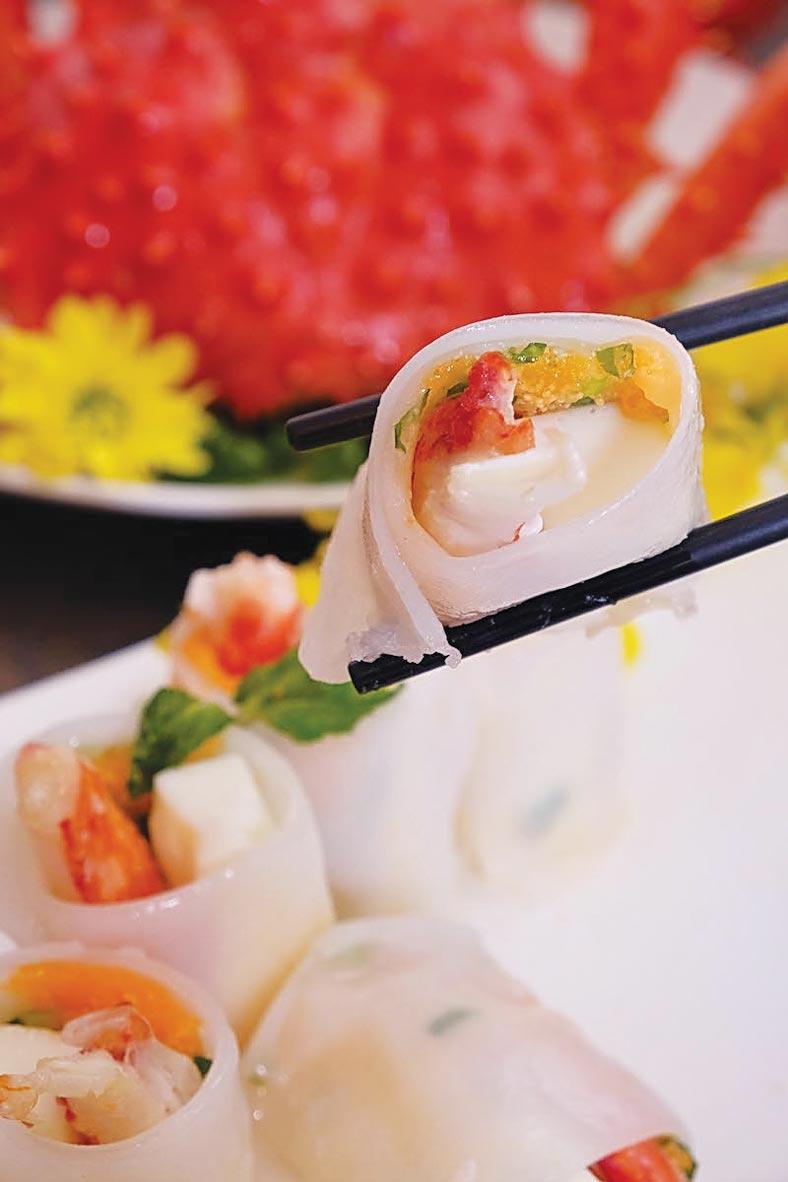 六福客棧〈金鳳廳〉的〈帝王蟹腸粉〉,是以整隻帝王蟹腳作腸粉內餡。圖/六福旅遊集團