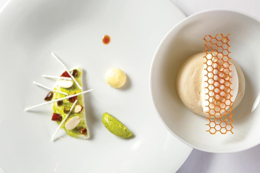 〈解構牛軋糖〉餐後甜點之一,拆解牛軋糖元素後重新詮釋,擺盤繽紛,帶著童趣。圖/Thomas Chien法式餐廳