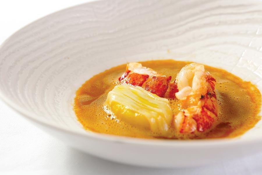 〈蝦佐番紅花洋芋、馬賽魚湯〉以食材與魚高湯比例約3:1熬煮的馬賽魚湯,濃稠湯汁似乎還能吃到魚肉。圖/Thomas Chien法式餐廳