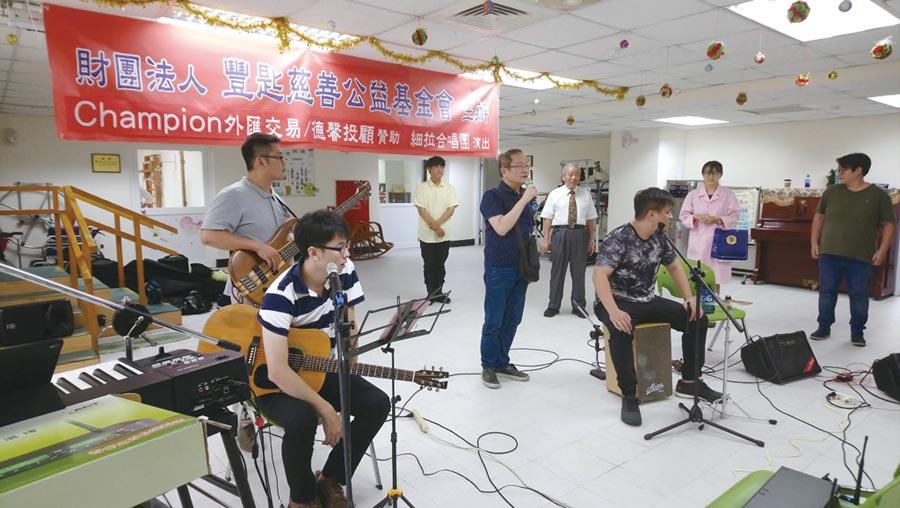 豐匙基金會董事長劉智信(手持麥克風)以歌聲療癒療養院的病患。圖/豐匙基金會提供