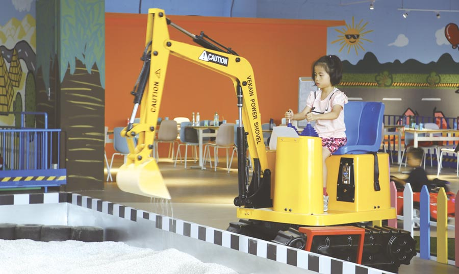 新開幕的「兒童交通安全教育中心」位於台中麗寶國際賽車場,引進歐洲進口的遊樂設施,「小小怪手」特別受到小朋友喜愛。圖/麗寶樂園提供