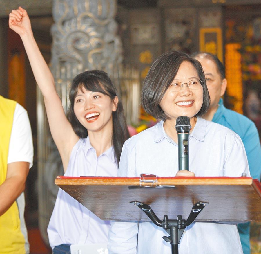 蔡英文總統(右)11日偕同台北市議員、內湖南港區立委參選人高嘉瑜(左)等人,前往南港玉成福德宮參香,受到民眾熱烈支持。(張鎧乙攝)