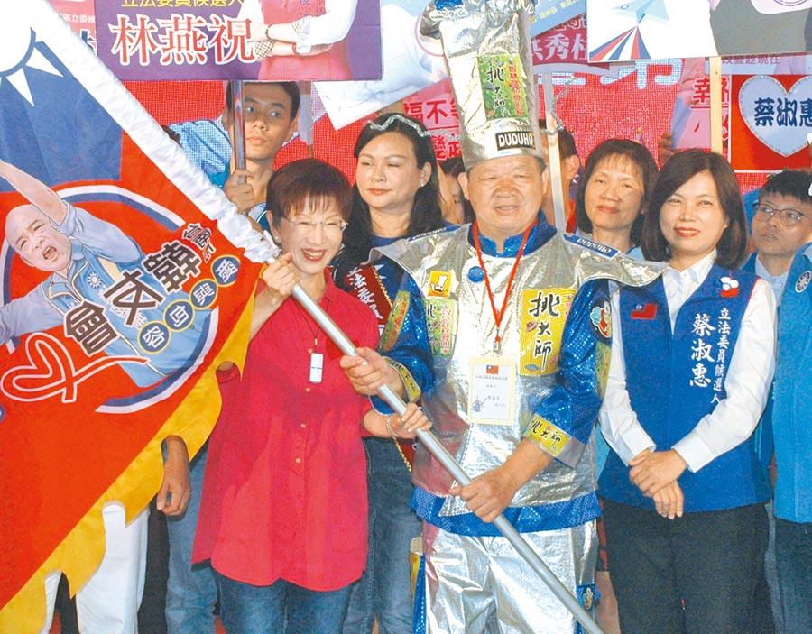 參選台南市第六選區立委的國民黨前主席洪秀柱(左),授戰旗給台南市韓友會理事長廖盛芳(中)。(洪榮志攝)