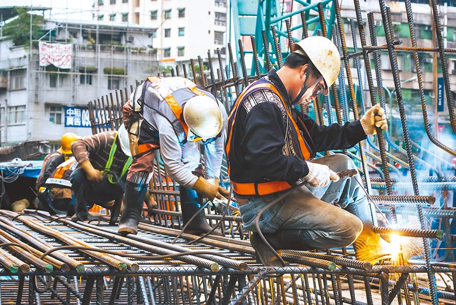韓國瑜的勞工政策重拾前總統馬英九競選時拋出的「勞動尊嚴」概念,以尊嚴與品質為主要政策大方向。圖為辛苦的勞動者。(本報資料照片)