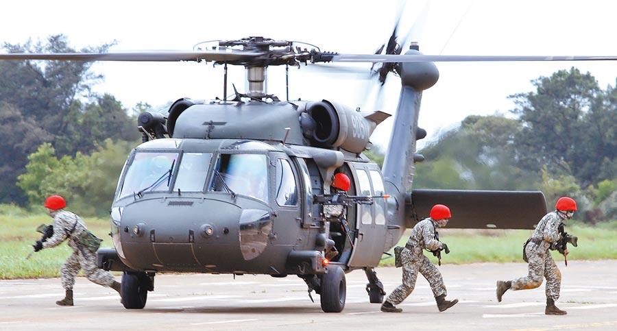 陸軍UH-60M黑鷹直升機經過22個月訓練,軍方核定具備「全作戰能力」,並將於30日舉辦成軍典禮。圖為黑鷹直升機參與漢光演習畫面。(本報資料照片)