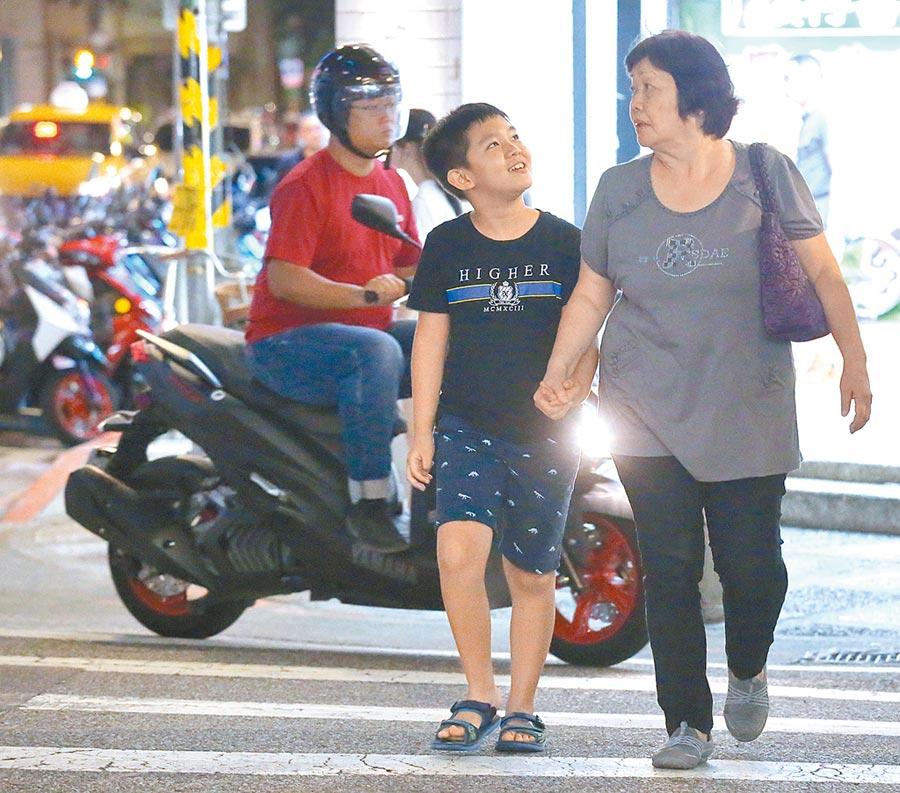 交通部統計過去3年未滿12歲兒童的步行死傷,高達7成是在過馬路的時候。(陳君瑋攝)