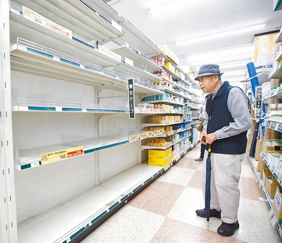 哈吉貝颱風來襲,日本物資搶購一空,一名想買養護貼布的老先生,站在橫濱一家商場空空的貨架前。(美聯社)