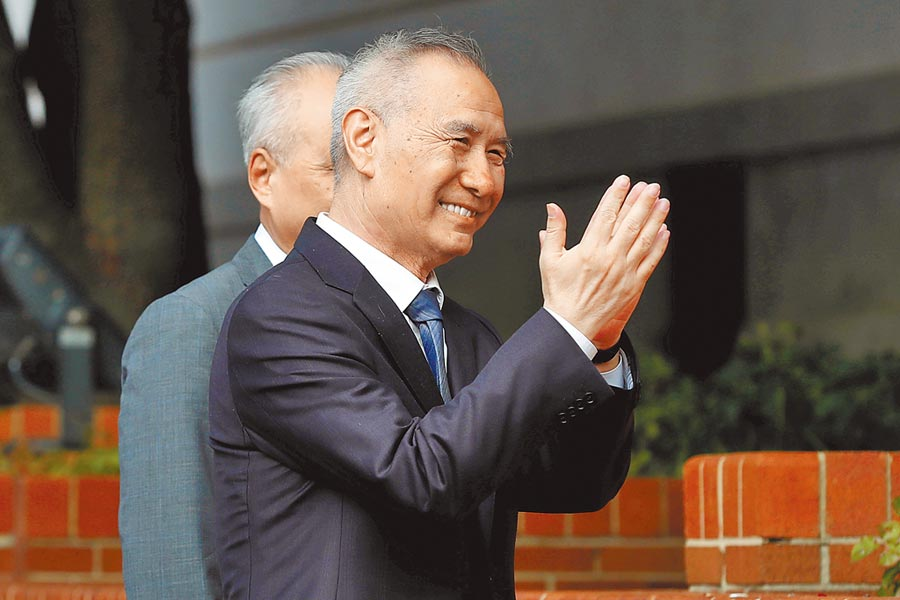 美國與大陸10日在華府重啟新一輪貿易談判。大陸國務院副總理劉鶴在搭車離開白宮前,面帶微笑地向媒體揮手致意。(路透)
