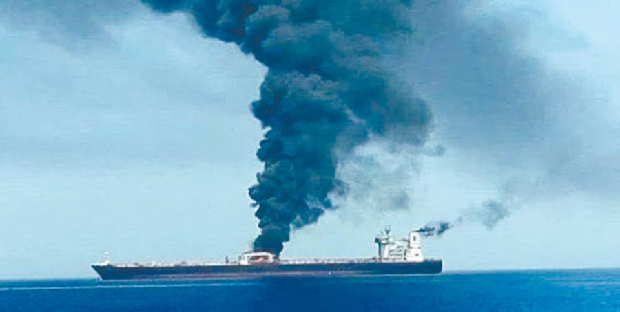 一艘伊朗油輪11日清晨在沙烏地阿拉伯港口城市吉達近100公里外海疑似遭到飛彈襲擊,冒出陣陣濃煙。(摘自推特)