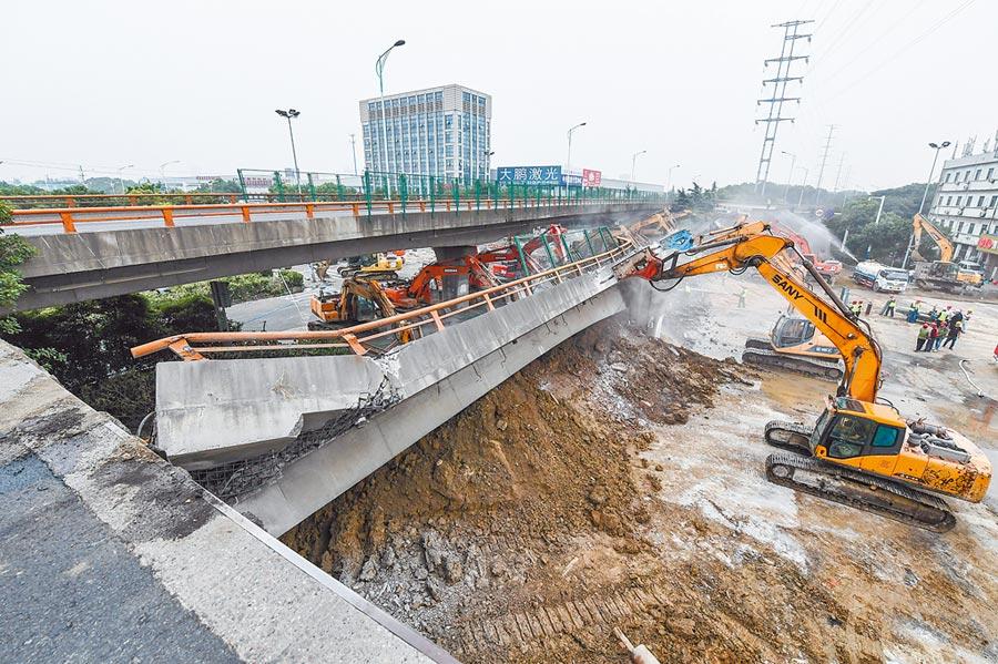 江蘇省無錫市312國道K135處、錫港路上跨橋,10日晚間發生橋面側翻事故,導致3人死亡,2人受傷。圖為11日上午的事故救援現場。(新華社)