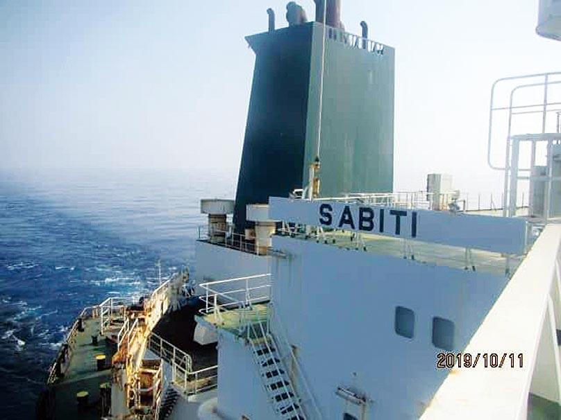 伊朗一艘油輪在沙烏地阿拉伯外海疑似遭到恐怖攻擊爆炸,國際油價應聲大漲逾2%。(路透)