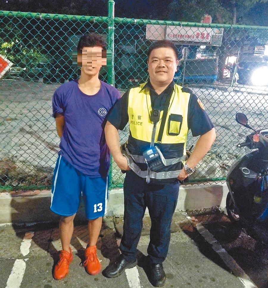 北市警中正二分局巡佐張漢平(右)助李同學(左)「一臂之力」找回水溝裡的手機。(警方提供/陳鴻偉台北傳真)