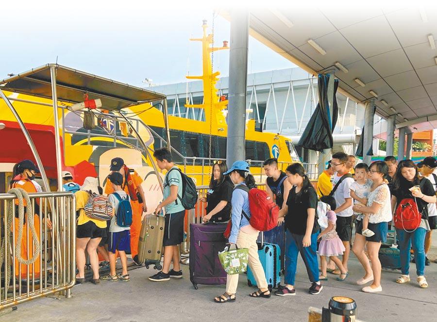 國慶連假期間小琉球每日吸引破萬遊客登島,首日就有1.5萬人登島,東港碼頭擠滿人潮。(第五岸巡隊提供/潘建志屏東傳真)