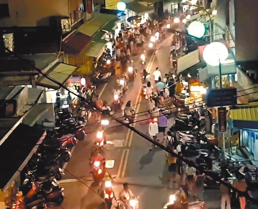 國慶連假期間,小琉球夜市機車川流不息,店家人潮滿滿。(翻攝自臉書小琉球聯盟/潘建志屏東傳真)