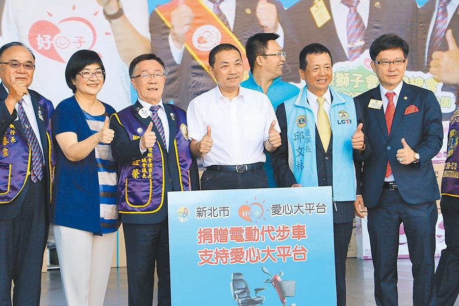 獅子會台灣總會利用創會60周年擴大社會服務,捐贈300輛電動代步車,回饋社會。(葉德正攝)