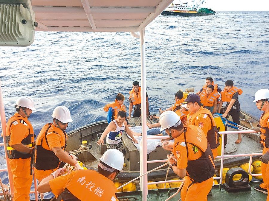南投艦與漁船於鵝鑾鼻東南方562浬處會合,並將船長接駁至艦上,當時海象相當惡劣。(東部地區機動海巡隊提供/王志偉花蓮傳真)