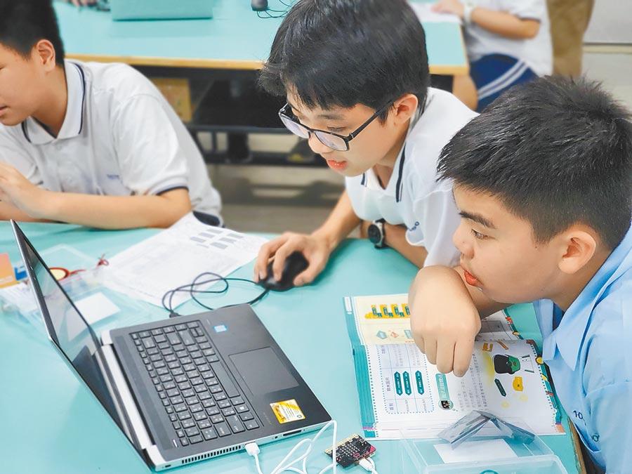 現在的學生已非常習慣使用電腦等數位工具來學習。(台北市仁愛國中提供/林志成台北傳真)