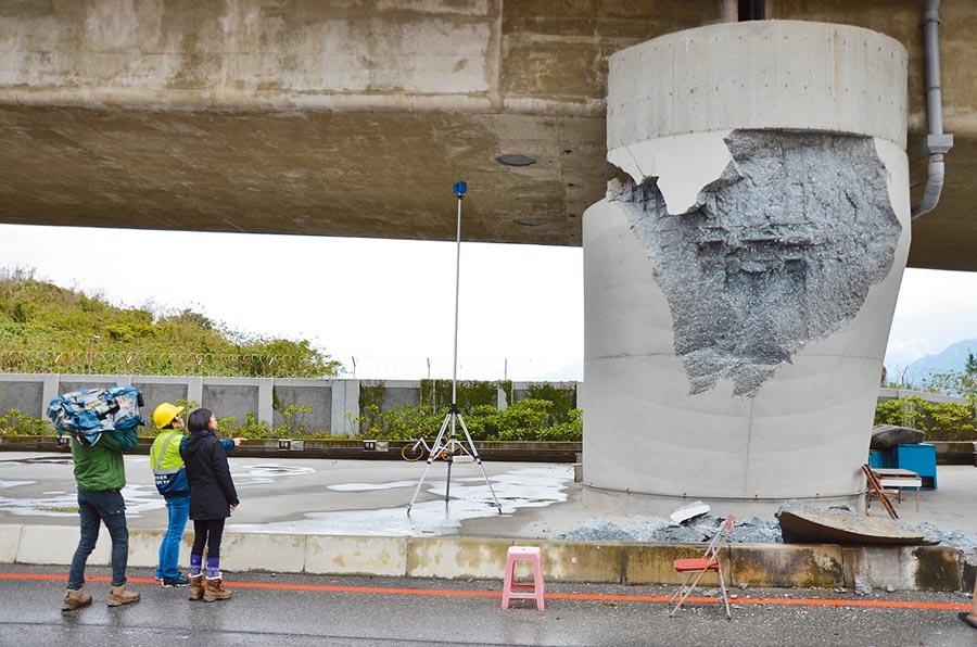 工程師檢測去年花蓮地震造成橋墩損壞情形。(國震中心提供/李侑珊傳真)