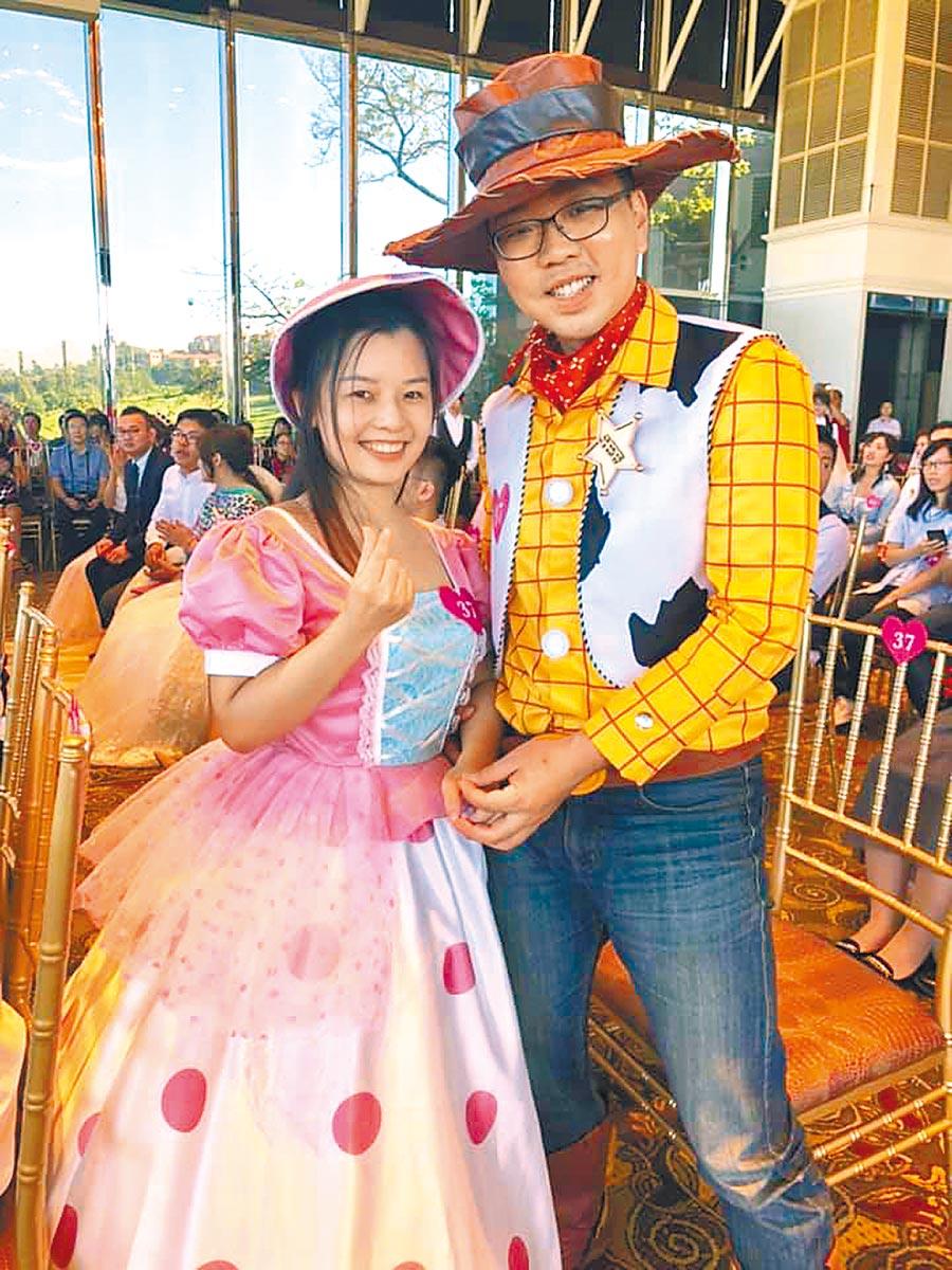 范姜呈濤與老婆劉雅心穿著胡迪與牧羊女寶貝的服裝,別出心裁。(呂筱蟬攝)