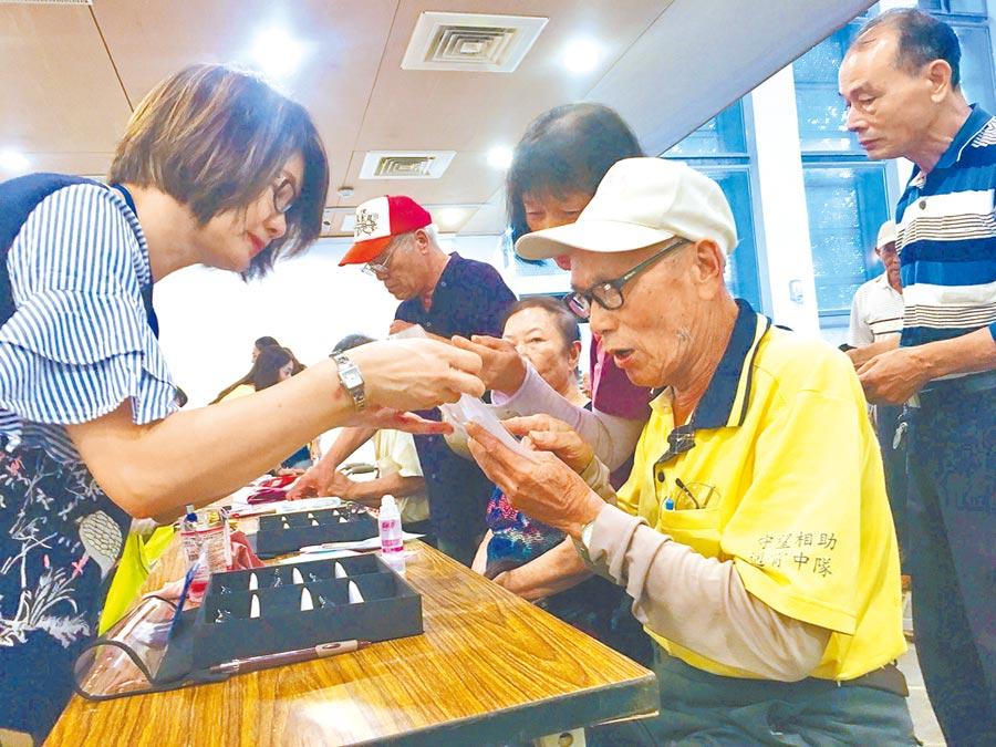 苑裡鎮公所今年免費發送老花眼鏡給符合資格者,經由驗光師協助,尋找適合自己的新眼鏡。(巫靜婷攝)