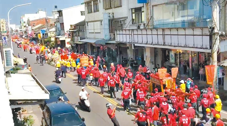 彰化縣媽祖祈福文化節,媽祖祈福踩街,陣頭、人龍綿延好幾公里。(吳敏菁攝)
