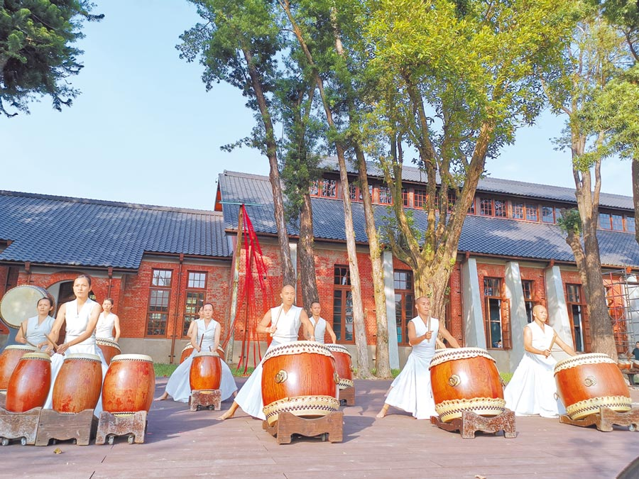 台南山上花園水道博物館11日下午舉行開幕儀式,邀優人神鼓演出經典曲目《水鏡記》,上千名觀眾將舞台前草地擠得水洩不通。(劉秀芬攝)