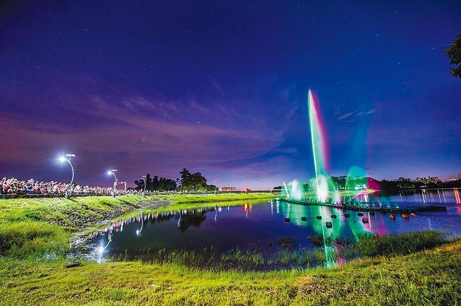 嘉義市蘭潭音樂噴泉,夜景迷人,連假觀賞人潮熱鬧。(嘉義市政府提供/廖素慧嘉義市傳真)