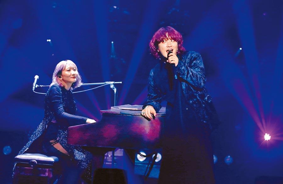 鋼琴擔當的Saori(左)昨與主唱Fukase帶來一首首好歌。(粘耿豪攝)